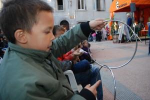 Un bellissimo bambino con in mano un anello del Mago Massini