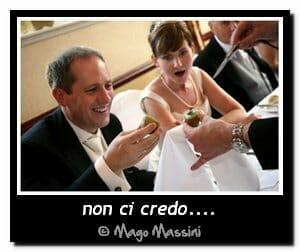 Il mago prestigiatore Massini intrattiene due sposi al loro matrimonio